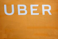 Uber logo na Huawei P9 Uber jest gospodarki us?uga dla ubran transportu obraz royalty free