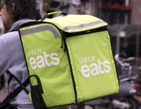 Uber mange la livraison sur un vélo Photographie stock libre de droits