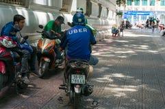 Uber motocyklu i hulajnogi kierowcy ma odpoczynek na ulicach Ho fotografia stock