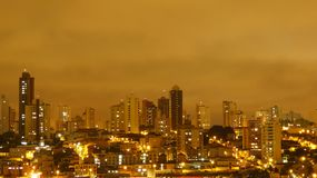 Uberlandia, Βραζιλία, άποψη κατά τη διάρκεια της βροχής στη νύχτα, κίτρινος ουρανός στοκ φωτογραφία