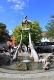 UBERLINGEN TYSKLAND, AUGUSTI 14, 2014: För Bodensee för ` för springbrunn för Peter Lenk ` s ` ryttare i centrum arkivbilder