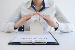 Ubezpieczenia i opieki ochrona domowy pojęcie, kobieta z prote fotografia stock