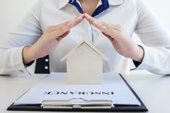 Ubezpieczenia i opieki ochrona domowy pojęcie, kobieta z prote zdjęcie royalty free