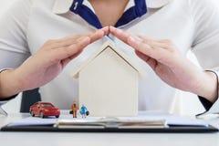 Ubezpieczenia i opieki ochrona domowy rodzinny pojęcie, kobieta dowcip zdjęcie royalty free