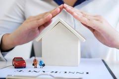 Ubezpieczenia i opieki ochrona domowy rodzinny pojęcie, kobieta dowcip obrazy stock