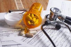 Ubezpieczenia medycznego rejestry, pióro i stetoskop, fotografia royalty free