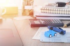 Ubezpieczenia samochodu pojęcie: Samochodowa żądanie forma z samochód zabawki trzaskiem na biurku Obraz Royalty Free