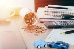 Ubezpieczenia samochodu pojęcie: Samochodowa żądanie forma z samochód zabawki trzaskiem na biurku z pieniądze przepływem z słoju  Fotografia Royalty Free