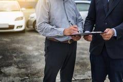 Ubezpieczenie samochodu agent wysyła pióro jego klienta znak insuran Obrazy Royalty Free
