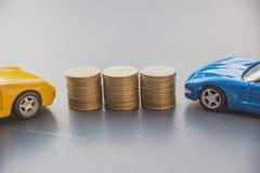 Ubezpieczenie samochodu i samochód usługa pojęcie pojęcia prowadzenia domu posiadanie klucza złoty sięgający niebo Samochód wewną Fotografia Stock