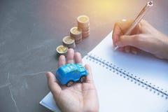 Ubezpieczenie samochodu i samochód usługa pojęcie pojęcia prowadzenia domu posiadanie klucza złoty sięgający niebo Samochód wewną Obrazy Royalty Free