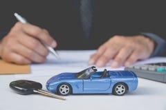 Ubezpieczenie samochodu i samochód usługa pojęcie pojęcia prowadzenia domu posiadanie klucza złoty sięgający niebo Fotografia Stock