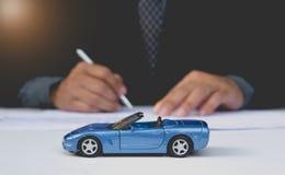 Ubezpieczenie samochodu i samochód usługa pojęcie pojęcia prowadzenia domu posiadanie klucza złoty sięgający niebo Zdjęcia Stock