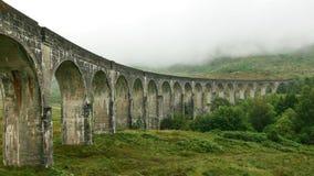 Ubicación del viaducto de Glenfinnan de la película de Harry Potter en el día cubierto, niebla que cubre las colinas en fondo imagen de archivo