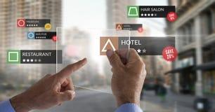 Ubicaciones del comentario del App en realidad aumentada con el fondo de la ciudad fotos de archivo libres de regalías
