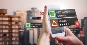 Ubicaciones del comentario del App en realidad aumentada con los edificios de la ciudad fotografía de archivo libre de regalías