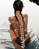 Ubicazione della donna sulla spiaggia con la parte posteriore interessante dell'ombra sopra Immagine Stock Libera da Diritti