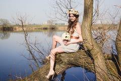 Ubicazione della ragazza sull'albero Immagine Stock