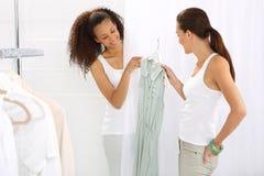 Ubierający, kobiet robić zakupy Fotografia Royalty Free