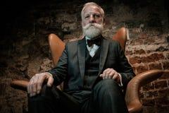 Ubierający starszy mężczyzna w luksusowym wnętrzu fotografia royalty free