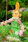 Ubierający Wielkanocny królik dla dekoraci w zielonym wiosna ogródzie Zdjęcie Royalty Free