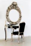 ubieramy antyczny stolik Zdjęcia Royalty Free