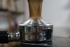 Ubijać portafilter kawy espresso kawa w kawiarni Fotografia Royalty Free