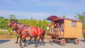 Ubla, Slovaquie - 2 septembre 2018 : Chevaux avec le wagon de train gitan en bois sur une route image stock