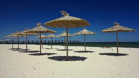 Ubmrellas αχύρου, παραλία σε Shkorpilovtsi, Βουλγαρία απόθεμα βίντεο