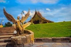 Ubon Ratchathani, Thailand - Juli 28, 2017: Een greep van het engelenstandbeeld Stock Afbeeldingen