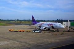 UBON RATCHATHANI THAILAND - Nov21 - thai flygbolagnivåparkering på portväg och förbereda sig till att flyga på den Ubon Ratchathan Arkivfoton