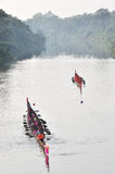 UBONRAJATHAINI,泰国- 9月30 :船民9月的种族小船 库存图片