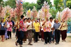 Ubonratchasima THAILAND - mars 13, 2014: erbjudande ämbetsdräkter till Buddhi Arkivbilder