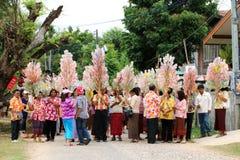 Ubonratchasima THAILAND - mars 13, 2014: erbjudande ämbetsdräkter till Buddhi Arkivfoton