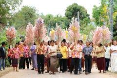 Ubonratchasima THAILAND - mars 13, 2014: erbjudande ämbetsdräkter till Buddhi Royaltyfri Foto