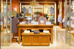 Ubraniowy detaliczny pokaz w ubraniowym sklepie Obrazy Stock