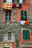 Ubraniowy obwieszenie od mieszkań okno w Manarola Włochy Fotografia Royalty Free
