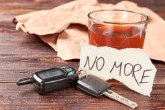 Ubriachi in vetro, le chiavi dell'automobile, messaggio di carta fotografia stock