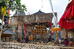Ubud寺庙奉献物的准备 免版税库存照片