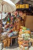 UBUD,印度尼西亚- 2008年8月29日:被编织的柳条制品和袋子sho 免版税库存图片
