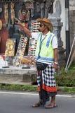 巴厘语在Ubud大街上的停车处服务员  库存图片