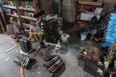 UBUD/BALI- 27-ОЕ АПРЕЛЯ 2019: Женские работники от Ubud делали ремесла маски которые были нарисованы и были покрашены используя т стоковое фото