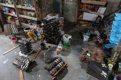 UBUD/BALI- 27-ОЕ АПРЕЛЯ 2019: Женские работники от Ubud делали ремесла маски которые были нарисованы и были покрашены используя т стоковые фотографии rf