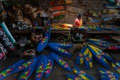 UBUD/BALI-APRIL 27 2019年:从Ubud的两位女性工匠做被画并且被上色的微型海浪小船工艺 免版税库存图片