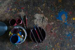 UBUD/BALI-APRIL 27 2019年:有刷子和地板的五颜六色的油漆桶充满美好的单色,因为油漆 库存图片