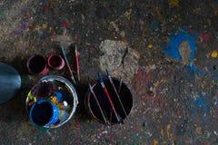 UBUD/BALI-, 27. APRIL 2019: bunter Farbeimer mit einer Bürste und dem Boden wird mit schönem Normallack weil die Farbe gefüllt stockbild