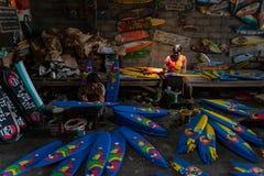 UBUD/BALI- 27 APRILE 2019: Due artigiani femminili da Ubud stavano facendo i mini mestieri del crogiolo di spuma di cui sono stat fotografia stock libera da diritti