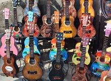 Ubud, Bali - 17 de maio de 2016: Lembranças das guitarra de madeira e artesanatos típicos de Bali no mercado famoso de Ubud, Indo Imagem de Stock Royalty Free