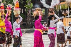 UBUD, BALI - 8 DE MARÇO: As mulheres da vila levam ofertas Foto de Stock Royalty Free
