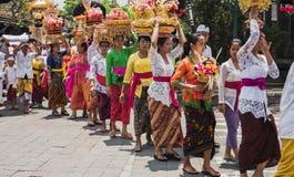 UBUD, BALI - 8 DE MARÇO: As mulheres da vila levam ofertas Imagens de Stock Royalty Free